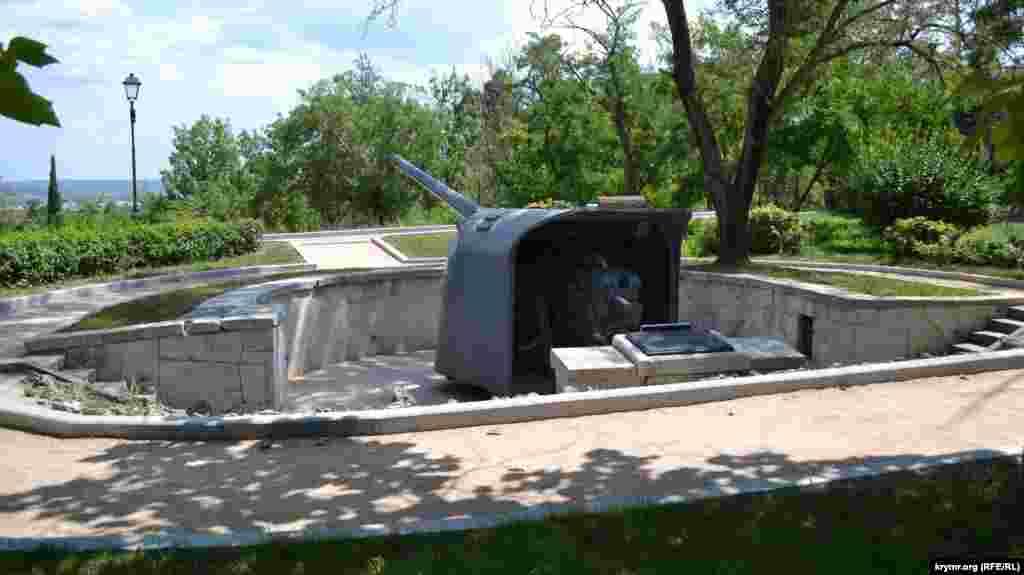 А це батарея, якою під час оборони Севастополя в 1941-42 роках командував капітан-лейтенант Матюхін