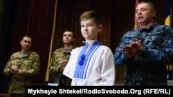 Сын Тимура Шаймарданова Марк получил награду за отца от командующего Военно-морскими силами Украины Игоря Воронченко (справа). Одесса, 13 октября 2017 года
