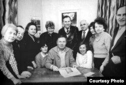 Рэдакцыя «Нівы» ў 1986 годзе. Сядзіць пасярэдзіне: Юры Валкавыцкі
