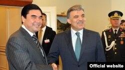 Türkmenistanyň prezidenti Gurbanguly Berdimuhamedow we Türkiýäniň prezidenti Abdullah Gül Türkmenbaşy şäherinde, 2011-nji ýylyň maý aýy.