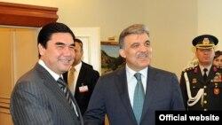 Türkmenistanyň prezidenti Gurbanguly Berdimuhamedow (çepde) Türkiýäniň prezidenti Abdullah Gül bilen duşuşýar, Türkmenbaşy şäheri, 2011-nji ýylyň 30-njy maýy.