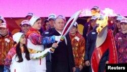 Қысқы олимпиада ойындарының алауын тұтату салтанаты. Мәскеу, Кремль, 6 қазан 2013 жыл.