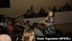 """""""Новая жизнь"""" христиан шіркеуіндегі жиын. Алматы, 2013 жылдың қаңтары. (Көрнекі сурет)"""