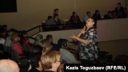 """Сурдопереводчик переводит проповедь глухим и слабослышащим прихожанам церкви """"Новая жизнь"""". Алматы, 28 января 2013 года."""