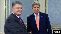 Петро Порошенко (л) і Джон Керрі у Києві, 7 липня 2016 року