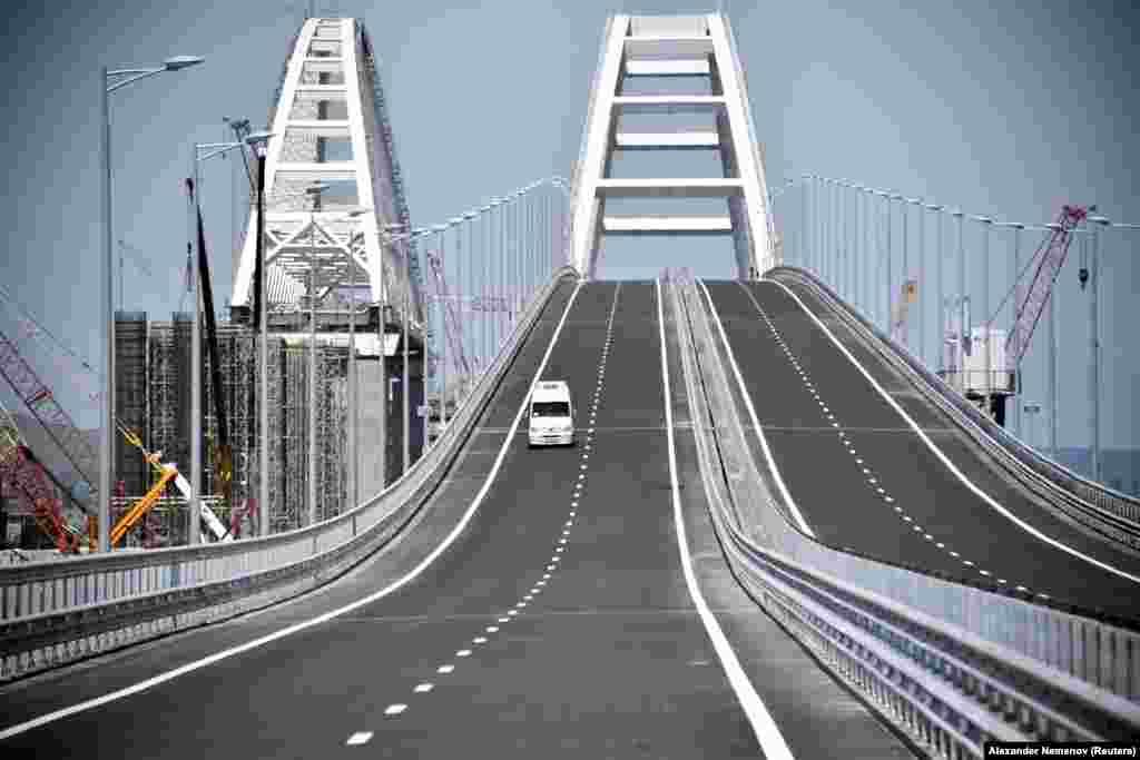 2018 senesi mayıs 15-te Rusiyeniñ Qırım ukümeti qanunsız qurulmaqta olğan Keriç köprüni açtı