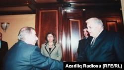 Встреча писателя Акрама Айлисли (слева) и спикера парламента Октая Асадова (справа). Баку, 2005