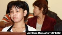 Асем Кенжебаева на суде по делу о смерти ее отца Базарбая Кенжебаева. Актау, 25 апреля 2012 года.