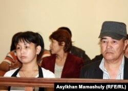 Потерпевшие по делу бывшего начальника ИВС Жанаозена Асем Кенжебаева (слева), дочь погибшего Базарбая Кенжебаева, Юрий Каменов. Актау, 25 апреля 2012 года.