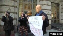 Активист в маске Путина