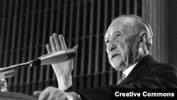 90-летний Конрад Аденауэр выступает на съезде ХДС, 1966 год