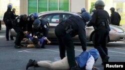 Полицейские арестовывают подозреваемых в Балтиморе. Иллюстративное фото.