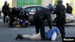 Полицейские арестовывают мародеров в Балтиморе