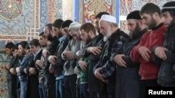Мусульмане молятся после завершения курса религиозного обучения в мечети города Владикавказа.