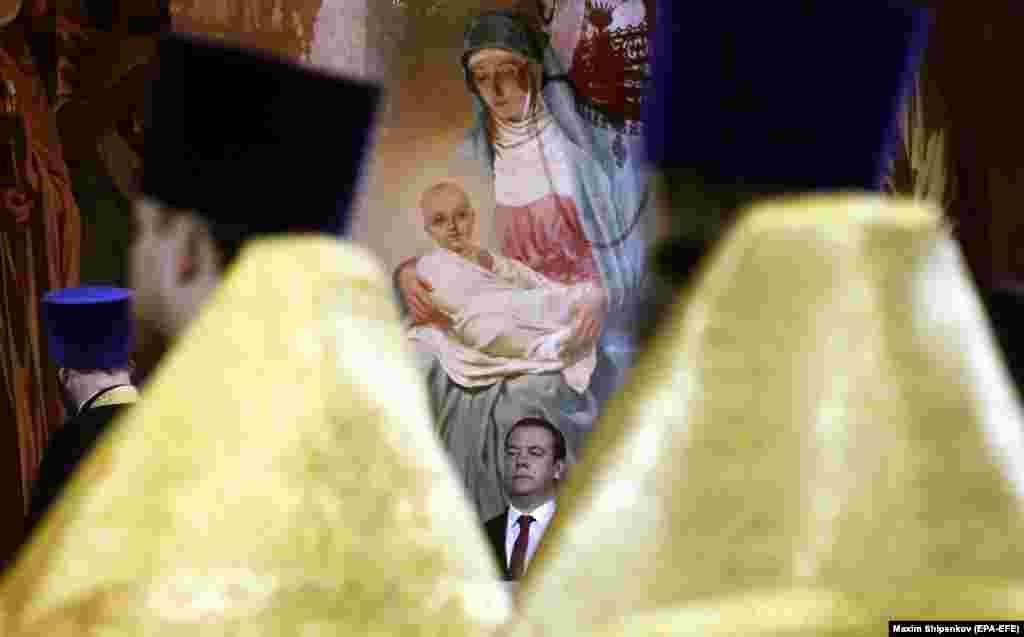 რუსეთის პრემიერ-მინისტრი დმიტრი მედვედევი მოსკოვში, მაცხოვრის ტაძარში ესწრება საშობაო წირვას. (EPA-EFE/MAXIM SHIPENKOV)