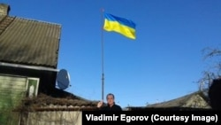 Украинский флаг над домом Егорова