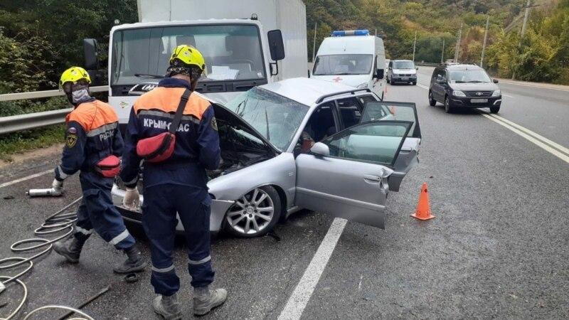 На трассе Симферополь – Алушта легковушка столкнулась с грузовиком, один человек погиб – спасатели (+фото)