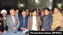د پاکستان د کورنو چارو وزیر له رسنوالو سره خبرې کوي. ۲۴م جنوري ۲۰۱۴