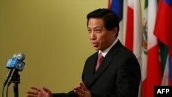 ژانگ يسويى، سفير چين در سازمان ملل، روز سه شنبه به خبرنگاران گفت: «اكنون زمان و لحظه مناسبى براى تحريم ها نيست» و ديپلمات ها به «زمان و صبر بيشترى» براى رفع اختلاف ها نياز دارند.