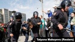 """Ресейлік полиция қызметкерлері """"Ол бізге патша емес"""" қарсылық акциясына қатысушыларды ұстап әкетіп барады. Мәскеу, 5 мамыр 2018 жыл."""