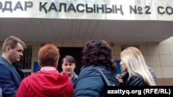 Журналист Александр Баранов (в центре) дает интервью у здания суда. Павлодар, 11 мая 2016 года.