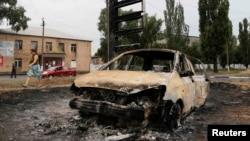 Згорілий внаслідок бойових дій автомобіль, Торез, серпень 2014 року