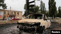 Знищений внаслідок бойових дій автомобіль. Торез, серпень 2014 року