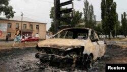 Згорілий автомобіль у Торезі. Серпень 2014 року. Ілюстраційне фото