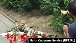 Во двор дома, где жила убитая девочка, приносят цветы и игрушки