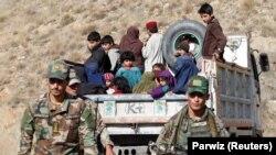 د ارشیف انځور: په نګرهار کې د داعش وسله والو سره د هغوی د کورنیو غړي هم تسلیم شوي.