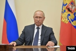 Путин во время телеобращения к россиянам из своей резиденции в Ново-Огарево