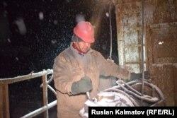 Сотрудник «Кыргызнефтегаза» во время работы. 20 февраля 2020 года.