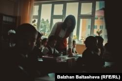Алматы облысындағы орта мектептің біріндегі сабақ. 30 қыркүйек 2015 жыл. (Көрнекі сурет)
