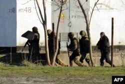 """""""Зеленые человечки"""" на украинской военной базе под Симферополем, 18 марта 2014 года"""