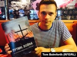 """Ільля Яшын з асобнікам выдадзенага дакладу Барыса Нямцова """"Пуцін. Вайна"""""""