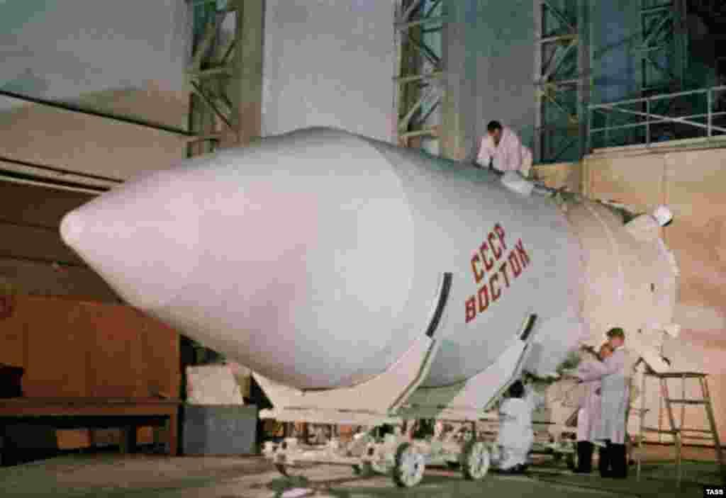 Останні приготування ракети «Схід», на якій в 1961 році полетів у космос Юрій Гагарін. З Байконуру було здійснено безліч історичних запусків: перший супутник – в жовтні 1957 року, перша собака – в листопаді 1957 року, перша людина в космосі – в 1961 році, перша жінка в космосі – в 1963 році