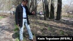 """Болат Абилов, лидер оппозиционной партии """"Азат"""", уплотняет почву после посадки деревца. Поселок Тастыбулак Алматинской области, 5 апреля 2013 года."""