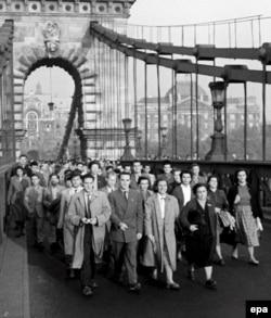 Будапешт, 23 жовтня 1956 року. Демонстранти перетинають міст, який з'єднує дві частини угорської столиці