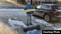 """Дмитрий Егоров во время акции """"Хватит класть болт на нашу Конституцию"""""""