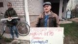 Иван Кулаков, отец одной из потерпевших девочек, вышел на пикет в поддержку сотрудников полиции
