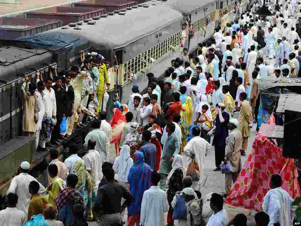 Lahorda Ramazan bayramı vaxtı dəmiryolu stansiyası.