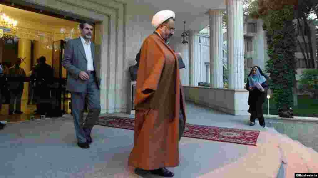 اخراج حیدر مصلحی، وزیر اطلاعات از کابینه محمود احمدینژاد و اصرار آیتالله خامنهای بر حفظ وی در اردیبهشت ۹۰، از خبرسازترین رویدادهای ماههای نخست این سال بود، که سایهای سنگین بر مناسبت سیاسی حاکمیت در ایران انداخت.