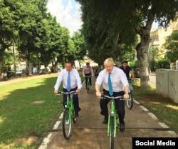 Рон Хульдаи и мэр Лондона Борис Джонс прогуливаются по Тель-Авиву на велосипедах