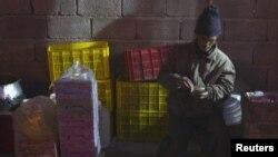 عکس یکی از دستفروشان در ارومیه. عکس تزئینی است.