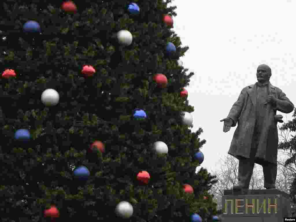 A Christmas tree next to a Lenin monument in Rostov na Donu, Russia. Photo by Vladimir Konstantinov for Reuters