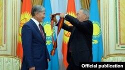 Nazarbayev Qırğızıstan prezidenti Atambayevi təltif edir (2014)