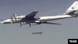 Российский бомбардировщик Ту-95 во время атаки в Сирии, иллюстрационное фото