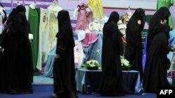 Көрмеде жүрген әйелдер. Сауд Арабиясы, 23 қазан 2010 жыл.
