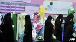 Саудиялык аялдар Жидда шаарындагы көргөзмөнү көрүшүүдө. 23-октябрь 2010