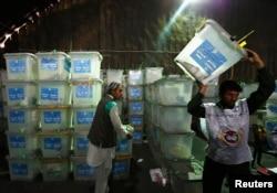 Ауғанстан сайлау комиссиясы қызметкері дауыс берілген жәшікті көтеріп барады. Кабул, 27 тамыз 2014 жыл.